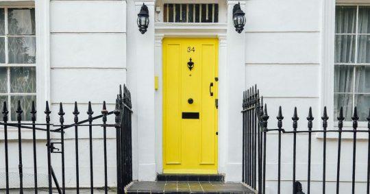 Ytterdør med knall gul farge